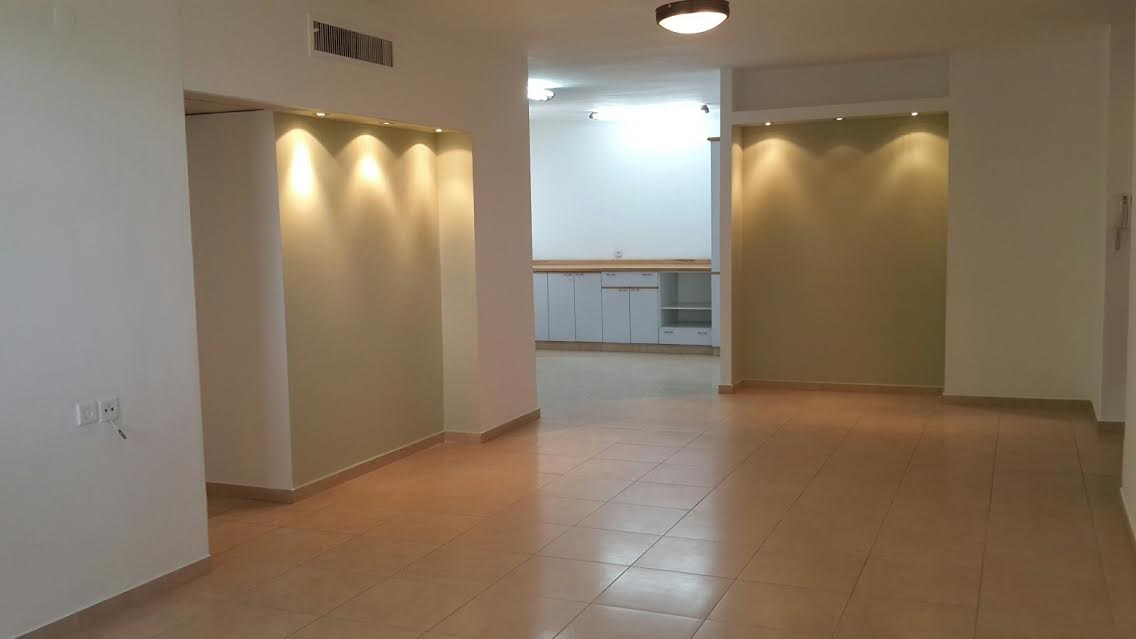 Beautifully Renovated Apt With Parking In High Standard Building