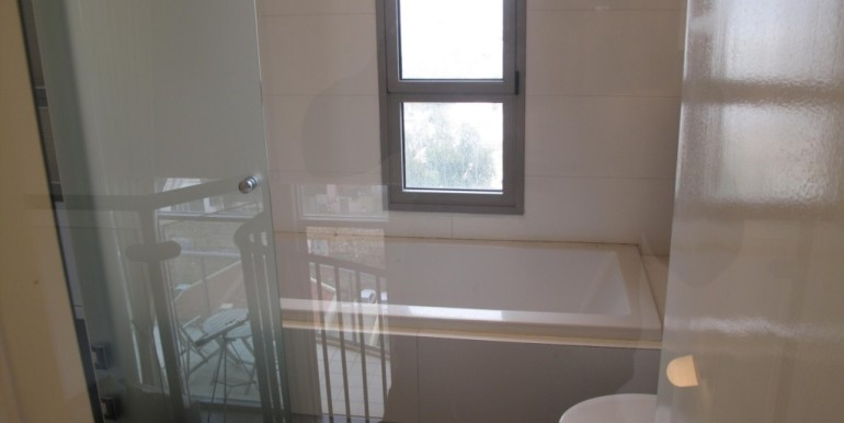 Neve Tzedek Tower Bathtub & Toilet-min