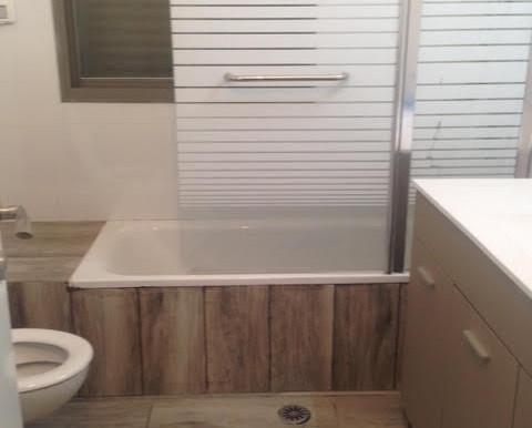 Erlich Bathroom With Tub